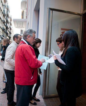 Miles de zaragozanos quieren optar a los 400 empleos que oferta el corte ingl s para puerto - Oficinas el corte ingles barcelona ...