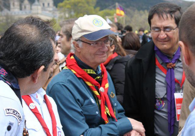 El rey Gustavo de Suecia, en la celebración de San Jorge, patrón de los scouts, en El Escorial.