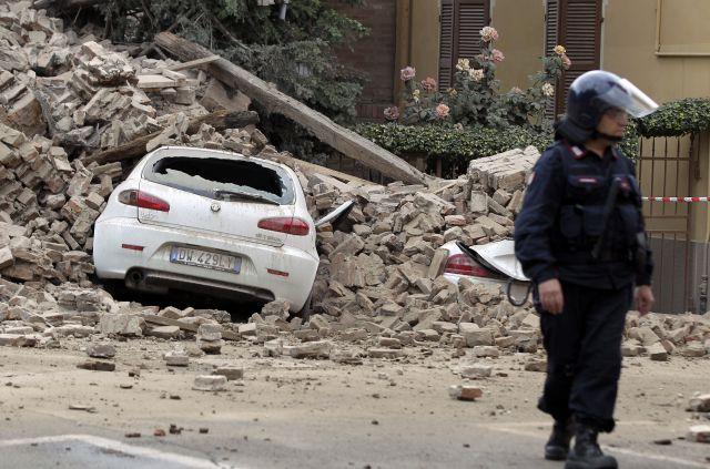 Terremoto en Italia: Un 'carabinieri' vigila en Finale Emilia