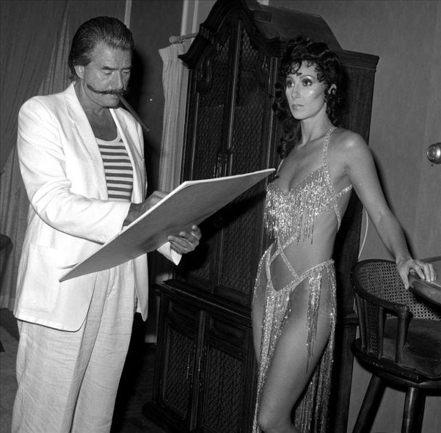 Foto cedida por Las Vegas News Bureau del artista estadounidense Leroy Neiman (izq) mientras dibuja a Cher en el Caesars Palace en Las Vegas, Nevada ( EE.UU.), en septiembre de 1981. Neiman falleció el  20 de junio de 2012, en Nueva York (EE.UU.), a los 9