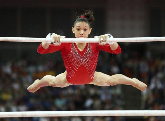 La estadounidense kyla ross en las barras asim tricas en for Deportes de gimnasia