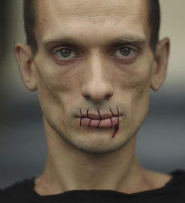 Un ruso se cose los labios para apoyar al grupo de punk femenino Pussy Riot