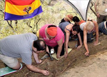 Localizan cuatro cadáveres enterrados en una fosa del franquismo en Istán