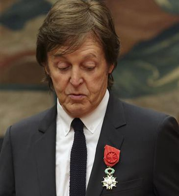 Paul McCartney, condecorado por su carrera por François Hollande en París