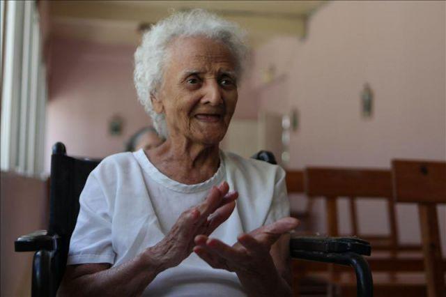 Una anciana aplaude en un asilo para ancianos en for Asilos para ancianos