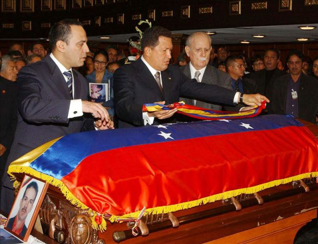 En la imagen el presidente venezolano hugo chavez c Quien es el ministro de interior y justicia