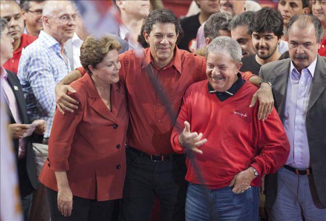 El exministro de Educación de Brasil Fernando Haddad (c), candidato a la alcaldía de Sao Paulo, abraza a la presidenta Dilma Roussef (i) y al exmandatario Luiz Inacio Lula da Silva (d) durante un acto de campaña en la periferia este de Sao Paulo (Brasil).
