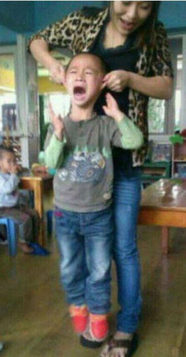 Nuevo caso de maltrato infantil en China: una profesora deja suspendido en el aire a un niño por las orejas