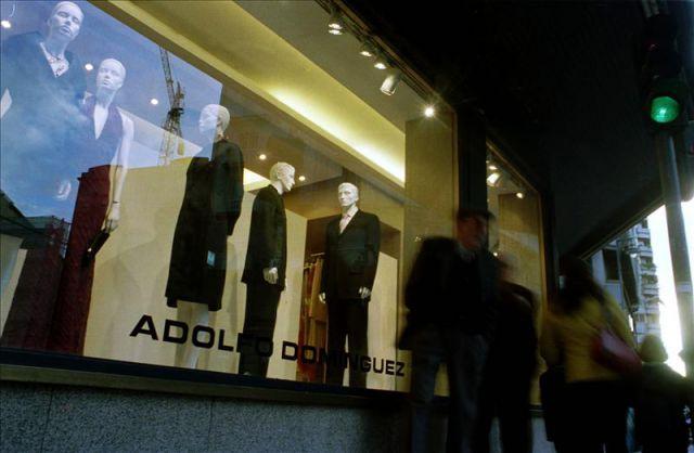 Escaparate de una tienda de adolfo dominguez en una for Tiendas adolfo dominguez valencia