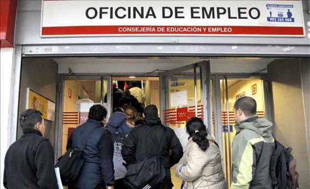 Varias personas esperan a entrar en una oficina de empleo for Oficina de hacienda madrid