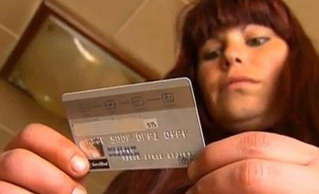 Emilia realizó compras para sus hijos con una tarjeta ajena.