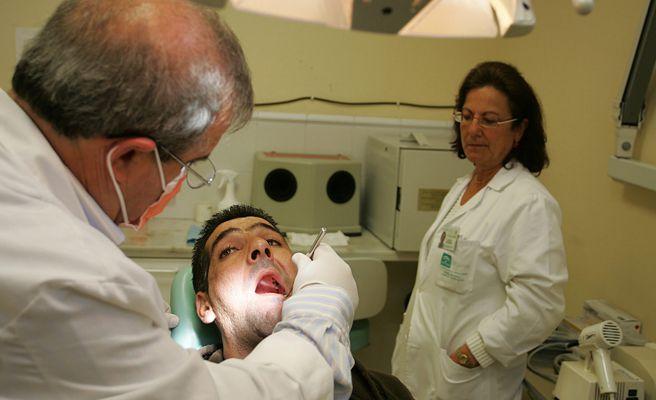 Detenido un dentista por arrancar un puente a una paciente que se quejó del precio