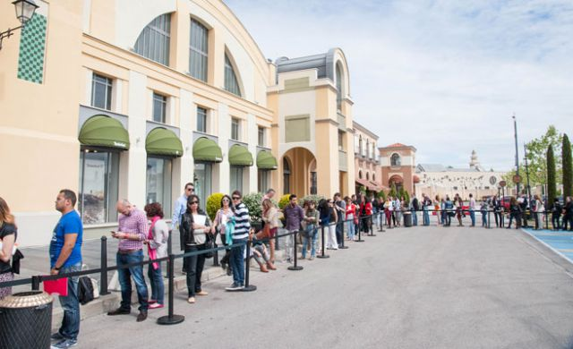 Imagen de los candidatos haciendo cola en las rozas village qu es - Spa las rozas ...