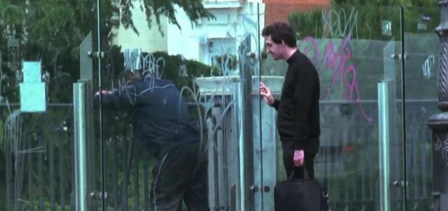 Un cura, un seminarista y un repartidor evitan un suicidio en el viaducto de Puente de Segovia de Madrid