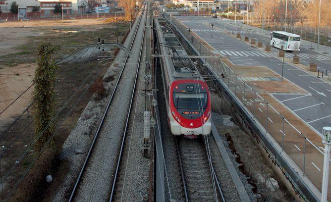 Muere una joven de 18 años arrollada por un tren en Valencia cuando iba con los auriculares