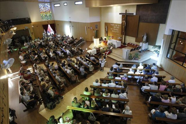 Misa funeral por el p rroco de la iglesia de santa teresa for Piscina santa teresa colmenar viejo