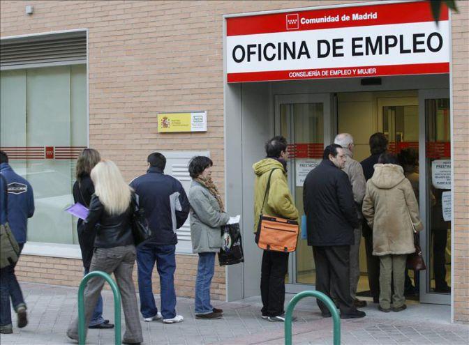 La falta de empleo eleva la emigraci n de j venes un 41 for Imagenes de oficina de trabajo