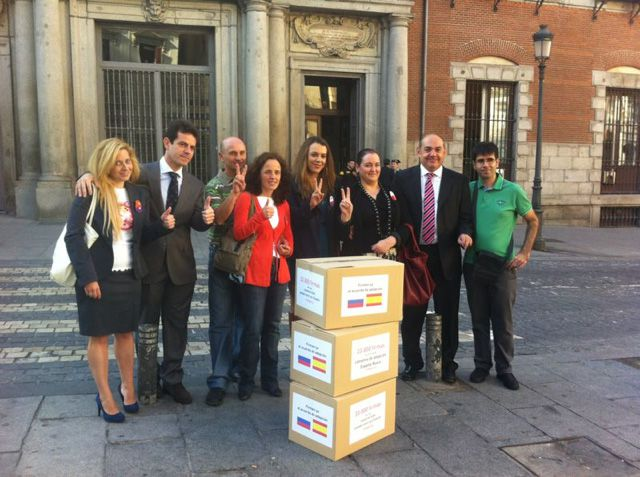 Paralización de las adopciones de niños rusos en España: Las familias afectadas entregan 35.000 firmas en Exteriores