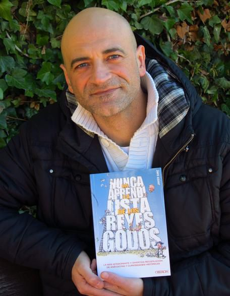 Javier Sanz posa con su último libro. - javier-sanz-libro-XxXx80