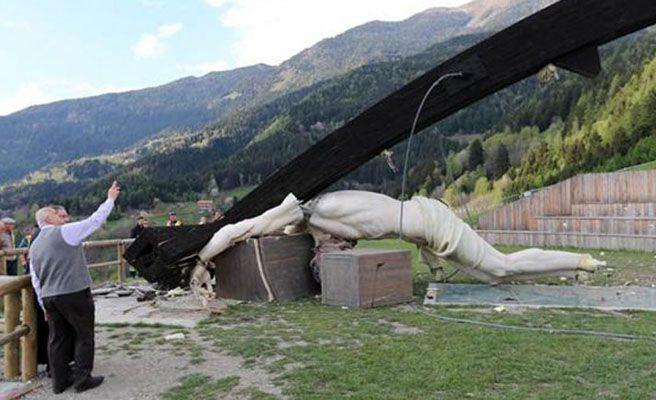 Un joven fallece después de caerle un crucifijo de 30 metros de altura