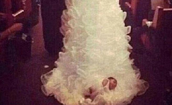 Una novia ata y arrastra a su bebé en el vestido de boda -- Qué.es --
