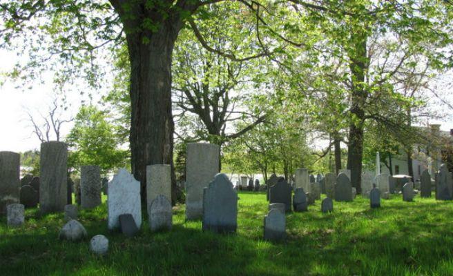 Van a grabar psicofonías al cementerio y son gemidos de una película porno