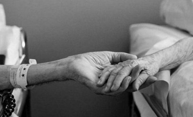 Manos de la pareja agarradas. Foto: Infobae | Qué.es