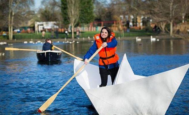Crea un barco de papel gigante y navegan con él en un lago de Londres