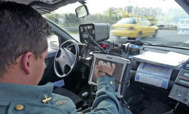 Los radares de la DGT 'cazan' a seis conductores por minuto: ¿Tienen afán recaudatorio?