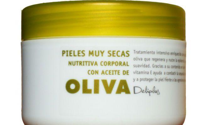 La crema barata eficaz de los granos sobre la persona