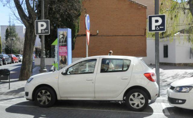 Foto de una plaza de aparcamiento para minusv lidos qu es for Plaza de aparcamiento
