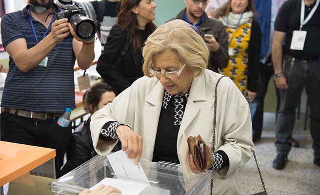 Manuela Carmena levanta expectación al votar y anima a los madrileños a ir a las urnas