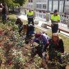 Ferrol recuerda a las víctimas de violencia de género plantando rosas y con la lectura de un manifiesto