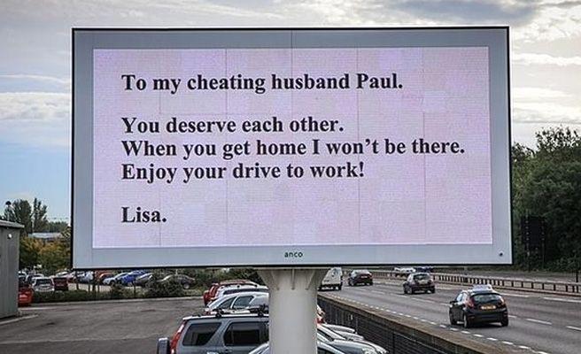 El mensaje de una mujer a su marido infiel en una valla publicitaria de una carretera