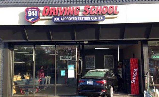 Suspende el examen de conducir al estrellar su coche contra la autoescuela