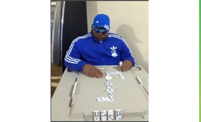 Le embalsaman jugando al dominó en el bar de su madre