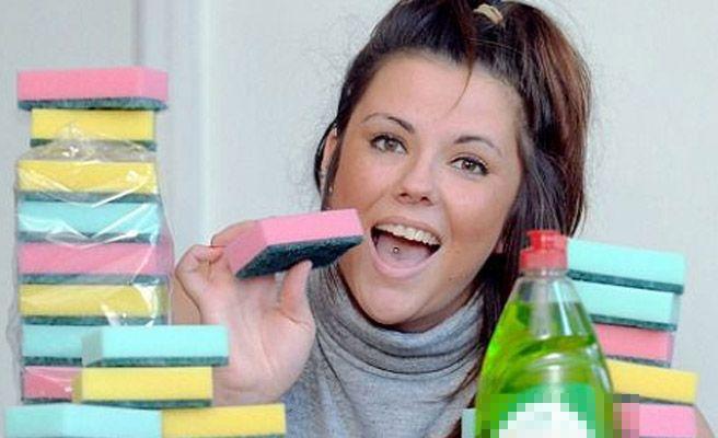 Una mujer británica se come cinco estropajos al día