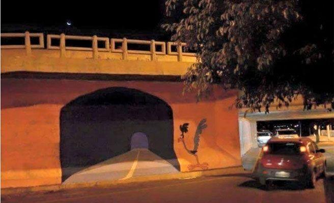 Empotra su coche contra una pared en la que había pintado un túnel
