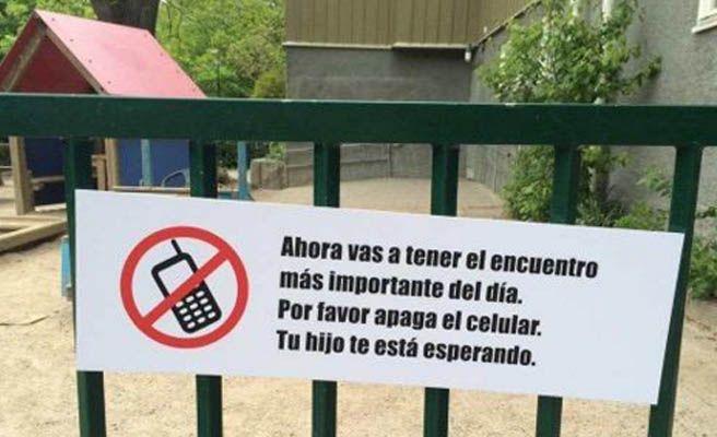 El cartel que pide a los padres apagar el móvil para jugar con sus hijos