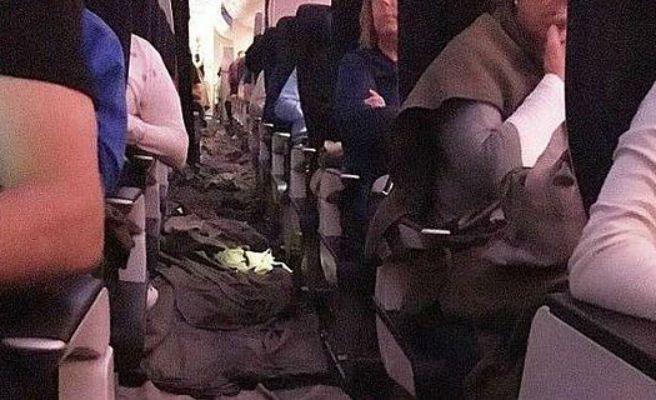 Cubren de mantas un avión tras inundarse a 10.000 metros de altura