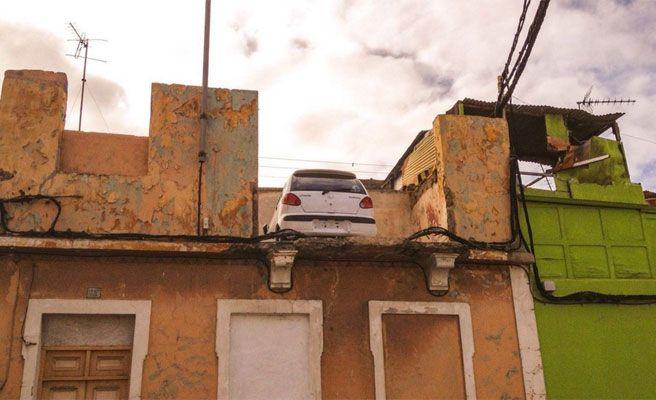 Encuentran un coche en la azotea de una casa en Las Palmas
