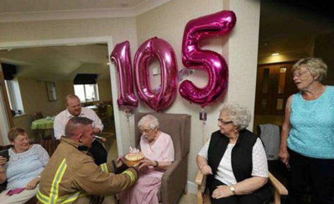 Una anciana pide un bombero tatuado para su 105 cumpleaños