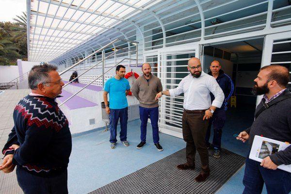 El ayuntamiento reabre las gradas de las piscinas julio for Piscina julio navarro