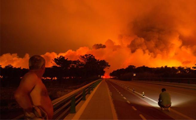 VIDEO | Un conductor portugués queda atrapado por las llamas en la carretera