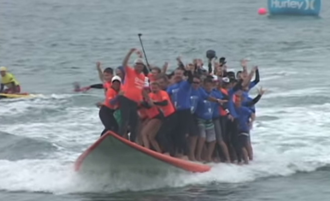 Récord Guinness: 66 personas en una tabla de surf