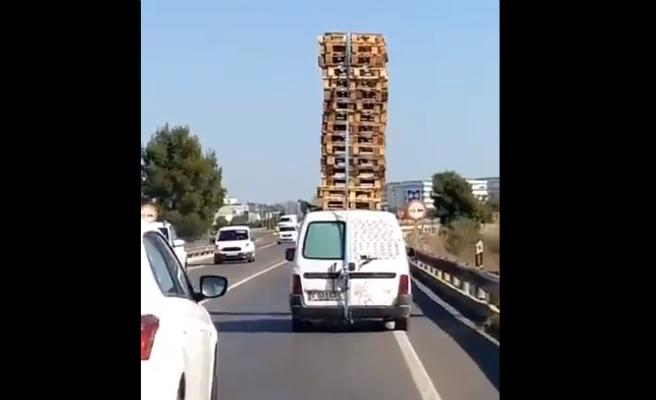 El incívic comportament d'un conductor que portava vint palets al sostre de la seva furgoneta