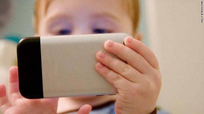 Casi 44 mil menores pidieron ayuda en España por problemáticas asociadas a las nuevas tecnologías en tan sólo un año