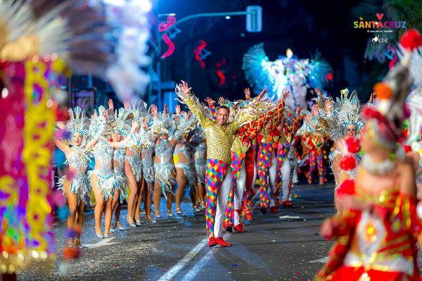 La primera noche de las fiestas reúne a miles de carnavaleros en el centro de Santa Cruz