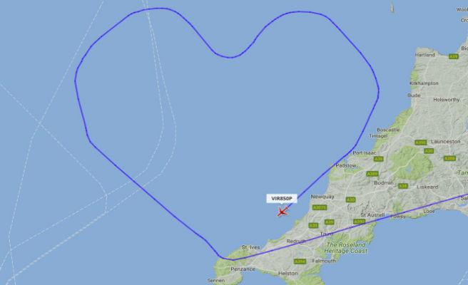 Un vuelo dibuja una ruta en forma de corazón para celebrar el día de San Valentín