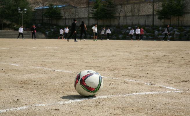 Prohibit jugar a futbol, ??un dia a la setmana, el dels col·legis Espanyols